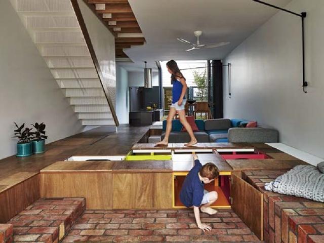 狹隘寓所中的清境 翻轉地面的巨型玩具積木